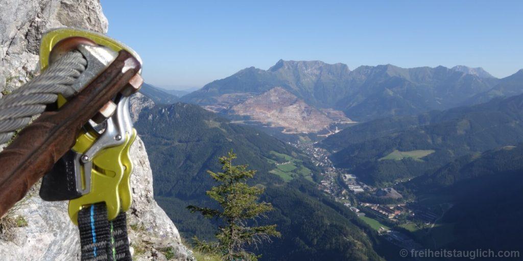 klettersteig-mit-eisenerz-bergwerk-im-hintergrund